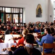Die Schüler sind sichtbar fasziniert von Beethovens Naturvertonung.